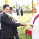 penyerahan hadiah oleh kepala sekolah smp